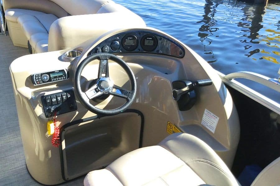 bentley-pontoon-helm-fore-cockpit.jpg